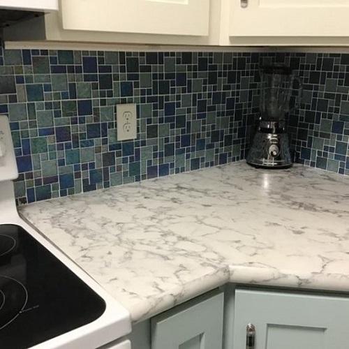 Gạch mosaic màu xanh cho phòng bếp nổi bật tràn ngập ánh sáng.