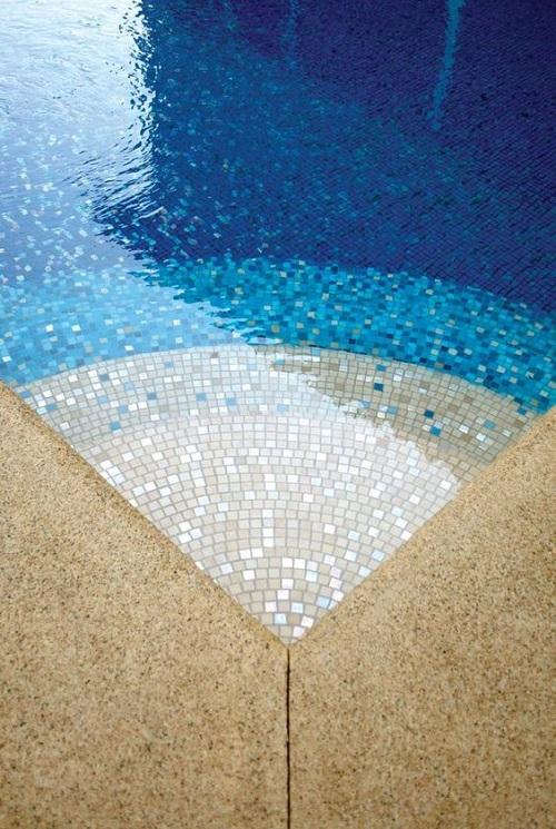 Sắc màu của nước hồ bơi thường là xanh ngọc