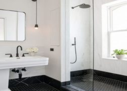 Gạch lục giác màu đen ốp tường phòng vệ sinh đem đến không gian thêm ấn tượng.