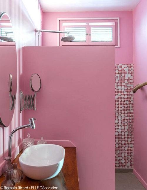 Gạch mosaic màu hồng cho không gian phòng vệ sinh gia đình nổi bật