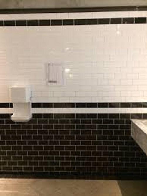 Gạch thẻ màu xám cho phòng vệ sinh nổi bật tràn ngập ánh sáng.