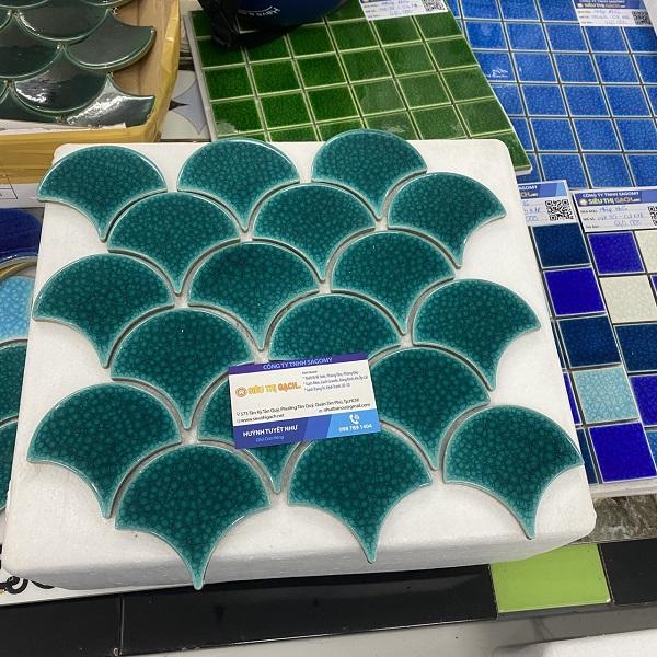 gach mosaic gom mau xanh duong vay ca vay rong