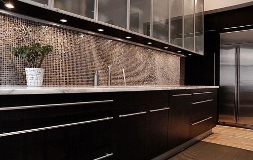 Gạch mosaic thủy tinh màu vàng cho phòng bếp như một bức tranh