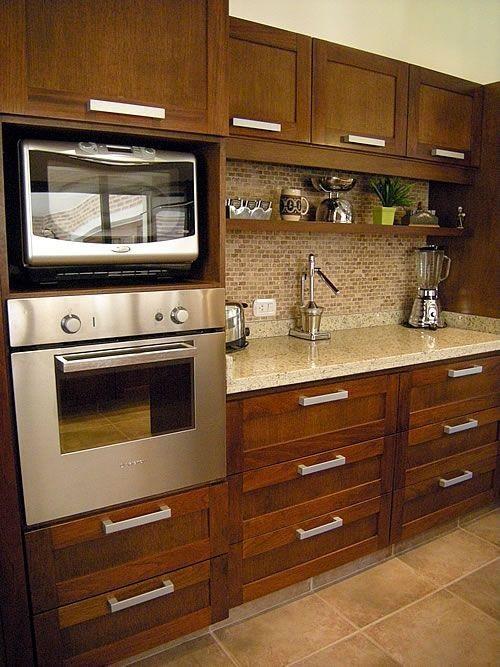 Gạch mosaic thủy tinh màu vàng giúp làm nổi bật các đường nét, hình khối trong căn bếp của bạn