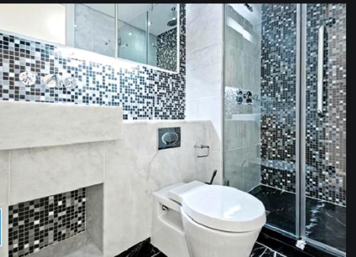 Gạch mosaic màu xám cho phòng vệ sinh vừa sạch đẹp, vừa có nét thu hút rất riêng