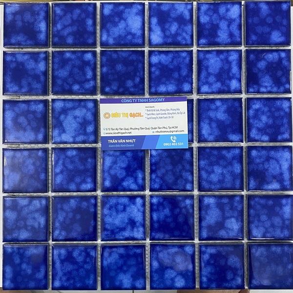 gach mosaic op tuong mau xanh bien