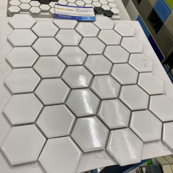 gach mosaic luc giac trang bong op tuong phong ve sinh