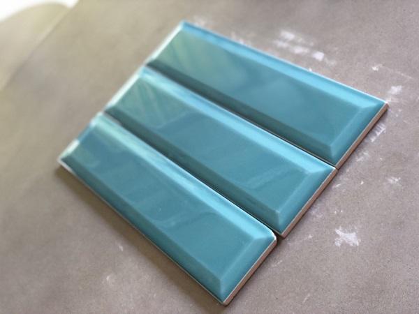 gach mau xanh ngoc vat canh op tuong phong ve sinh