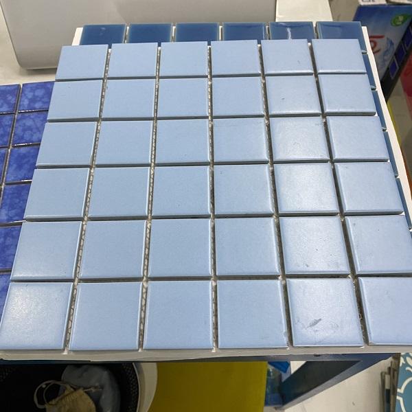 gach mosaic gom mau xanh op lat ho boi cao cap