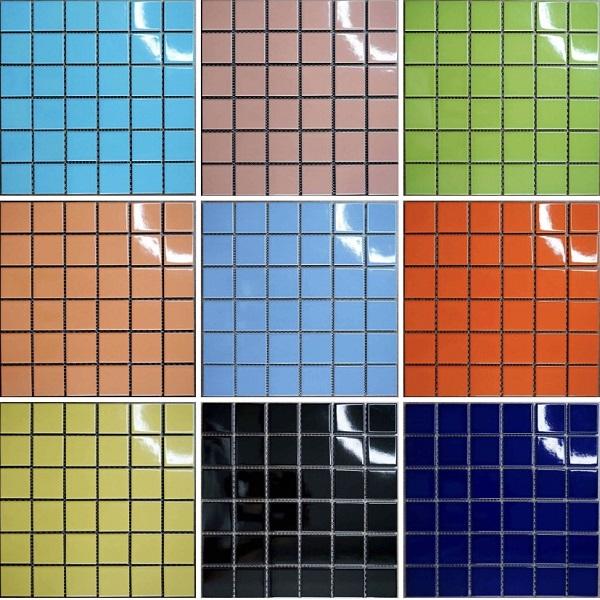 gach mosaic gom mau xanh op lat ho boi