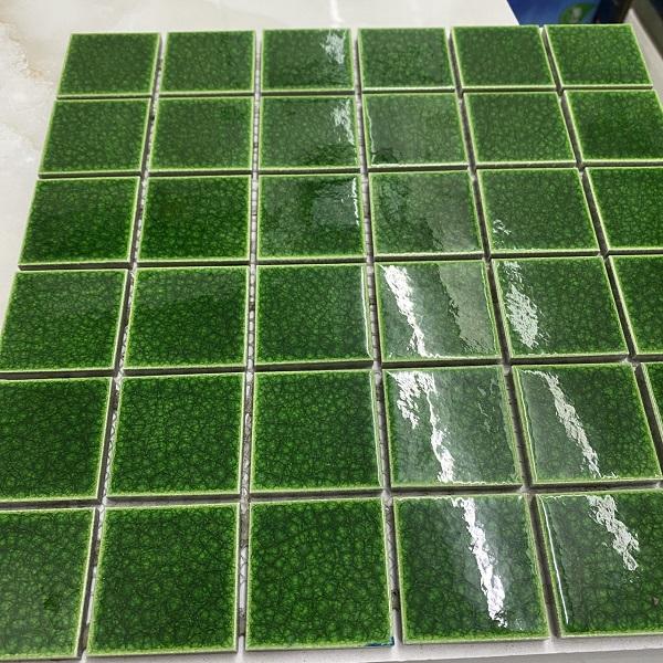 gach mosaic gom men ran xanh la cay cho phong ve sinh