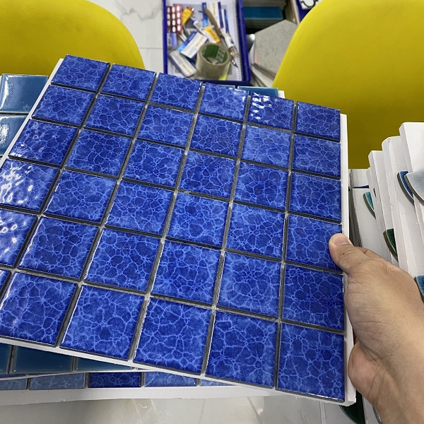 gach mosaic op lat mau xanh muc