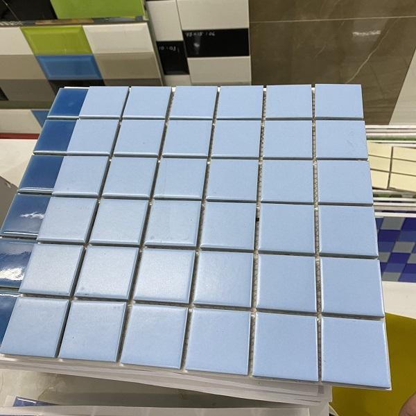 gach mosaic op tuong mau xanh da troi