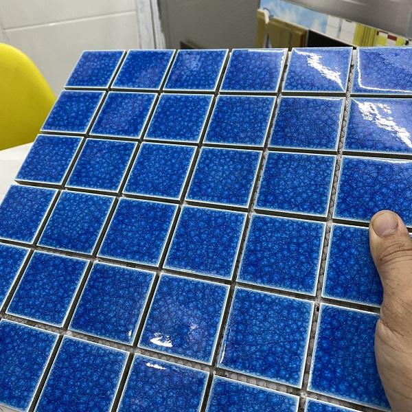 gach mosaic op tuong mau xanh muc men ran