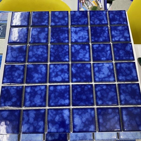 gach mosaic op tuong mau xanh phong tam phong ve sinh