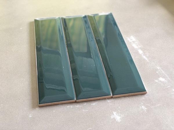 gach trang tri mau xanh ngoc cho phong ve sinh