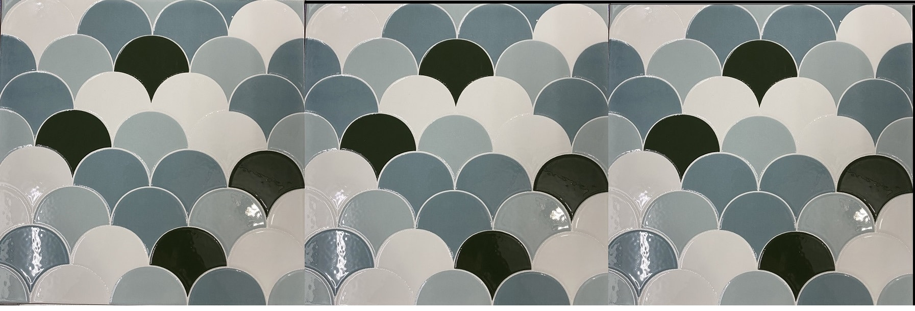 gach vay ca gia mosaic 3 mau trang xanh op bep phong ve sinh