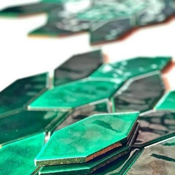 gach mosaic chiec la xanh la cay