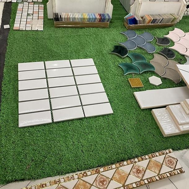gach mosaic mau trang op tuong phong tam