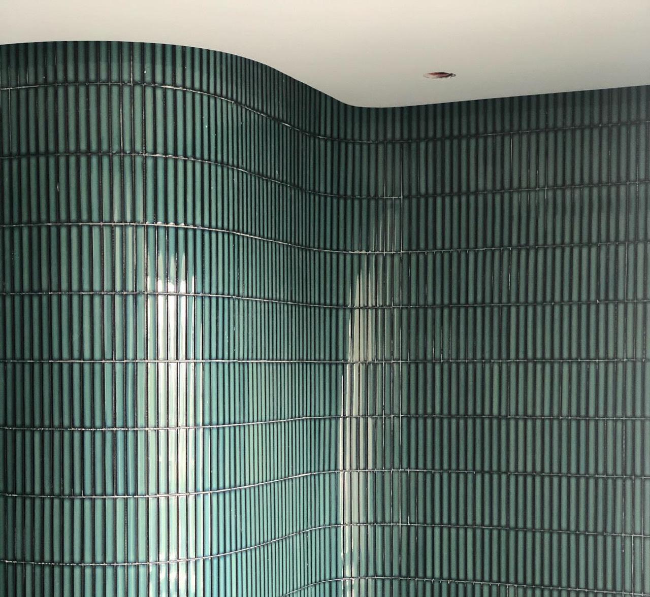 gach mossaic op tuong dua mau xanh men ran cao cap