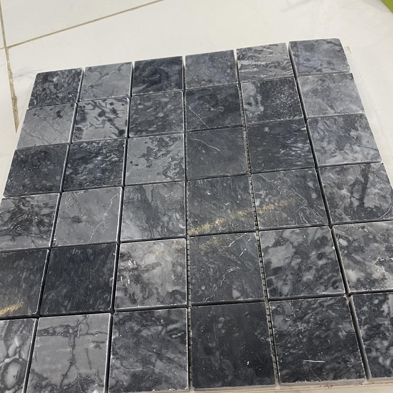 da marble mau den mosaic op tuong