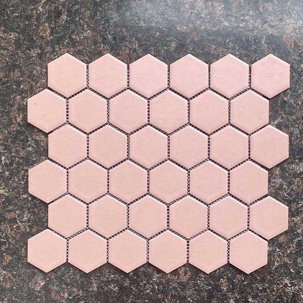 gach mosaic luc giac mau hong