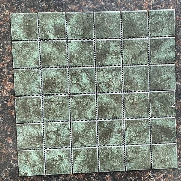 gach mosaic op tuong mau xanh reu